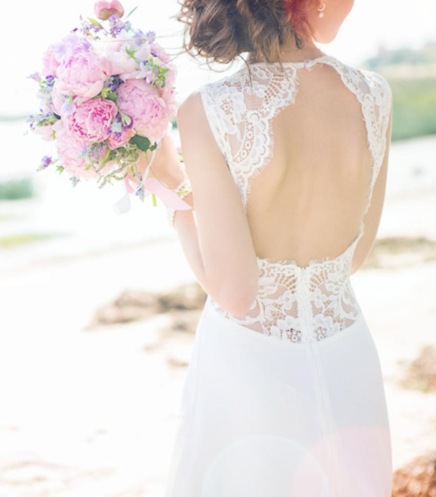 ウェディングドレスを着ている女性